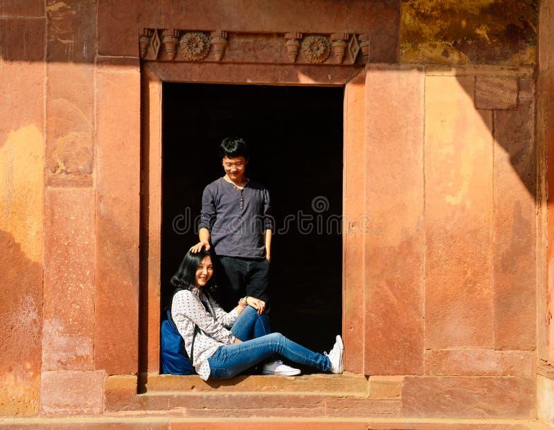 Lyckliga unga par som har gyckel p? Fatehpur Sikri royaltyfri fotografi