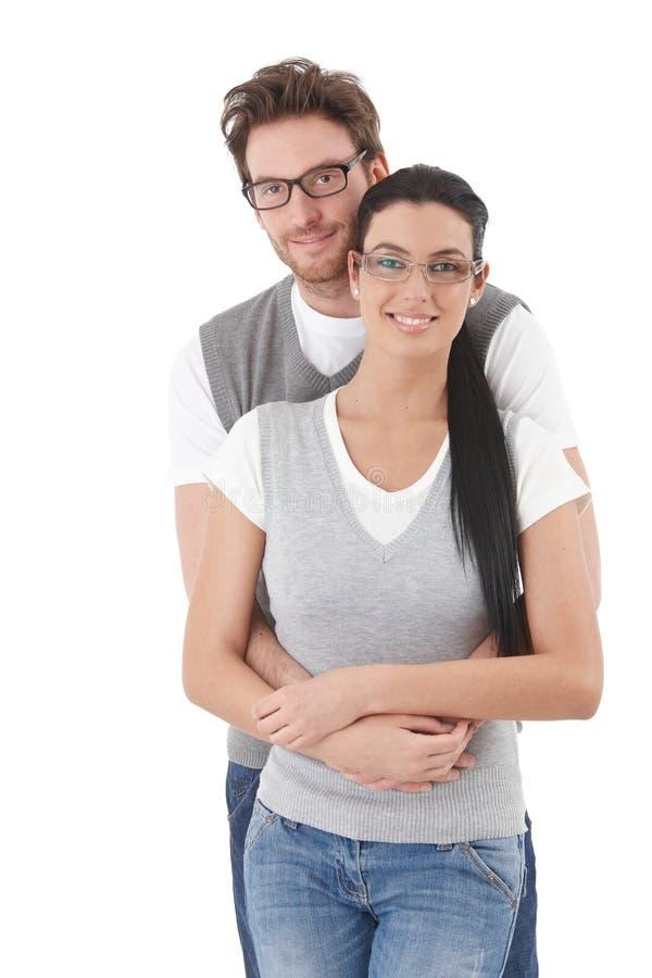 Lyckliga unga par som kramar varje annat royaltyfri fotografi