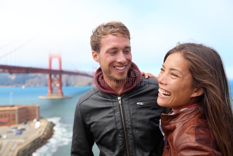 Lyckliga unga par som skrattar, San Francisco royaltyfri fotografi