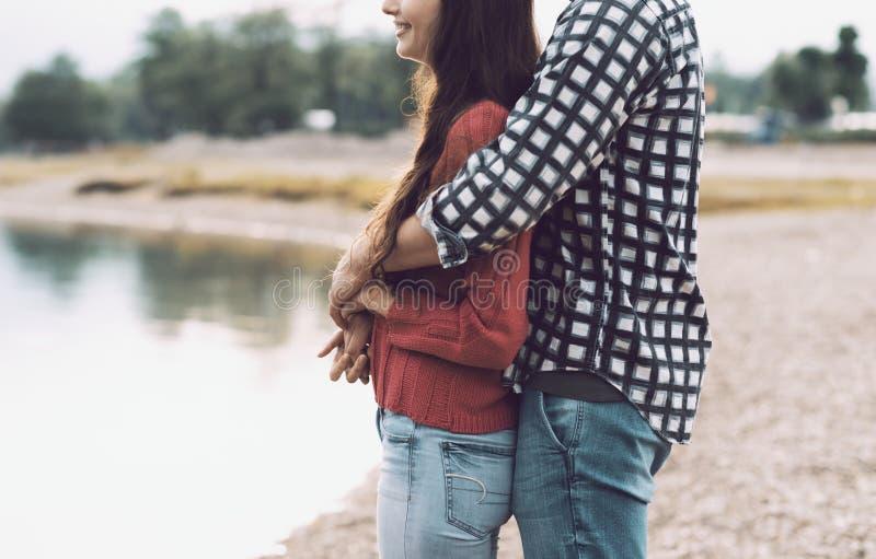 Lyckliga unga par som tycker om på stranden arkivfoto