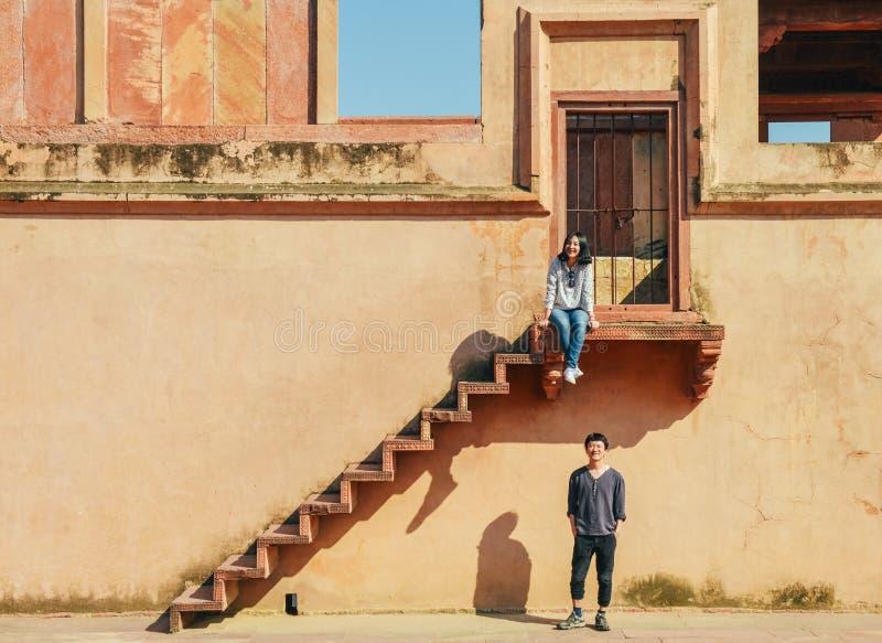 Lyckliga unga par som undersöker Fatehpur Sikri, Indien royaltyfri bild