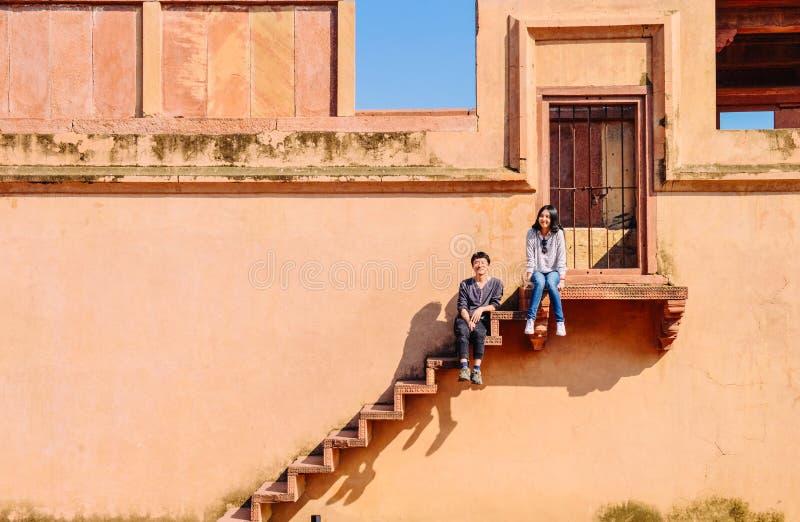 Lyckliga unga par som unders?ker Fatehpur Sikri, Indien fotografering för bildbyråer
