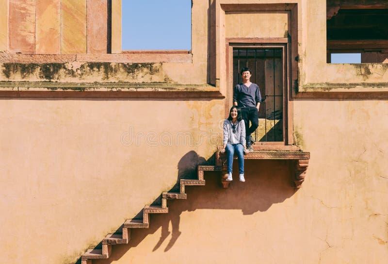 Lyckliga unga par som unders?ker Fatehpur Sikri, Indien arkivfoto