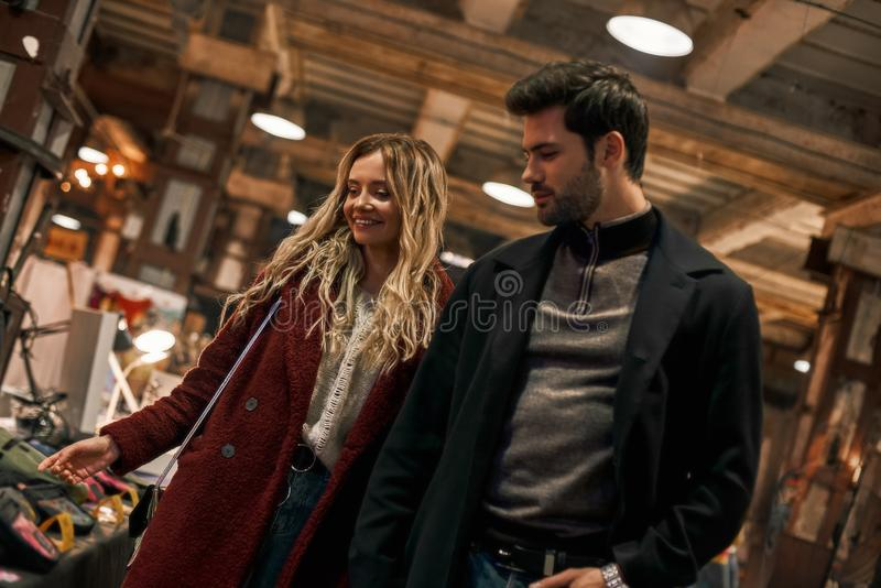 Lyckliga unga par som väljer handgjorda påsar på den lilla gatamarknaden royaltyfri bild