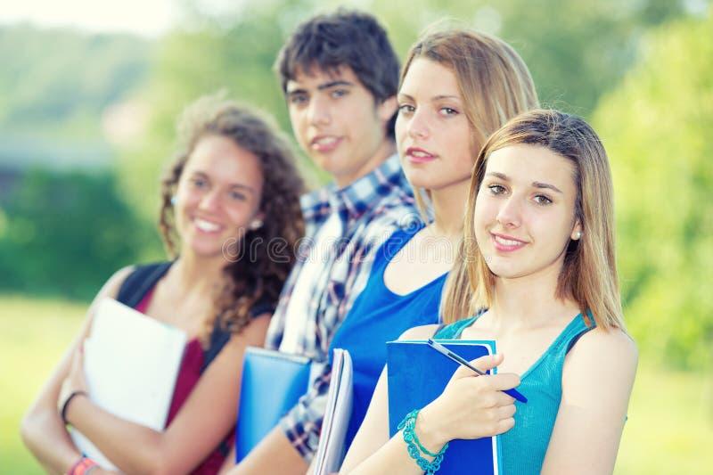 lyckliga unga parkståendedeltagare arkivbild