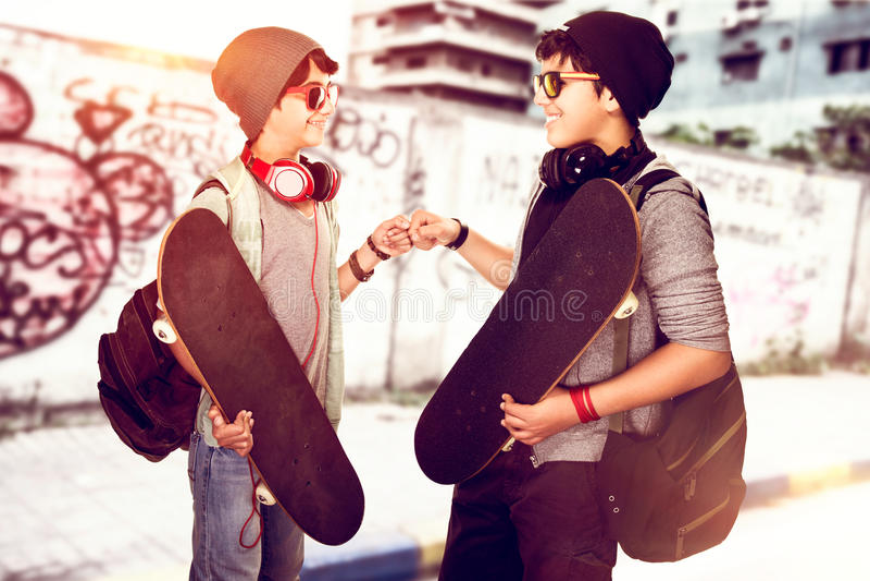 Lyckliga unga skateboarders royaltyfria foton
