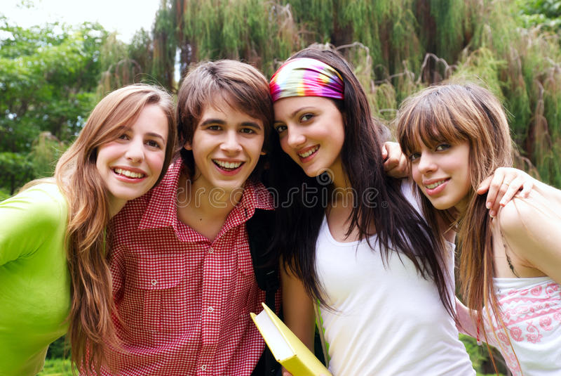 lyckliga unga ståendedeltagare arkivbilder
