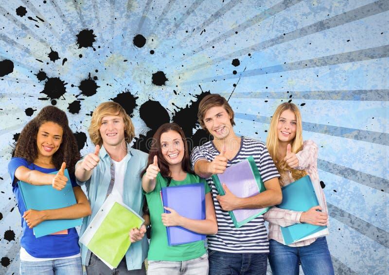 Lyckliga unga studenter som rymmer mappar mot blått, plaskade bakgrund royaltyfri fotografi