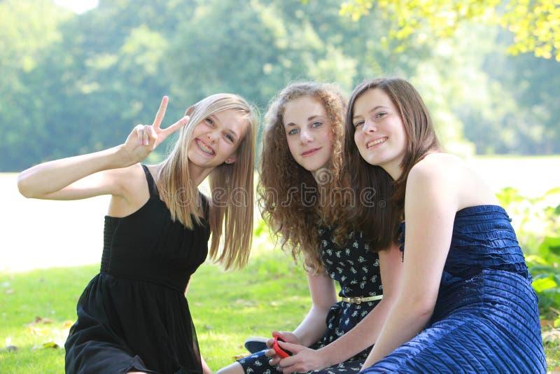 Lyckliga unga tonårs- vänner royaltyfria foton