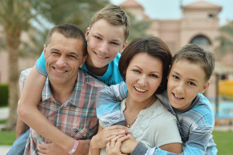 lyckliga ungar för familj royaltyfria foton