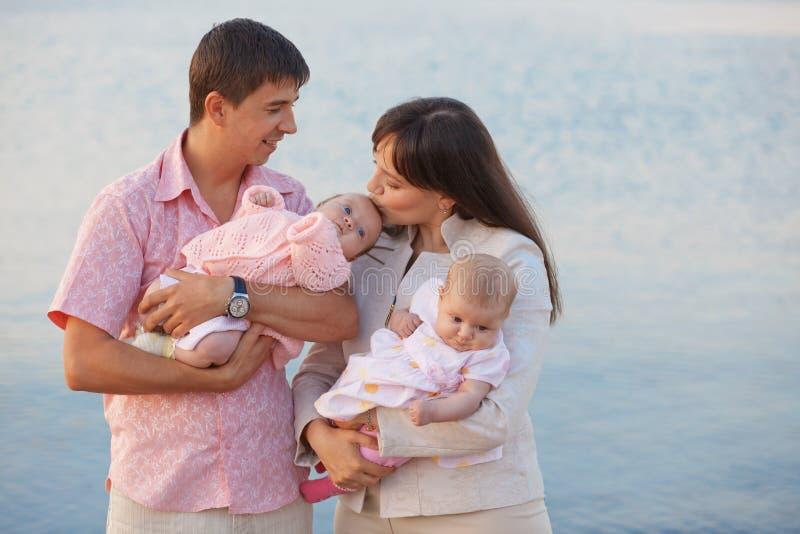 lyckliga ungar för familj arkivbild