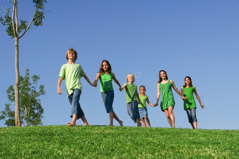 lyckliga ungar för grupp royaltyfri fotografi