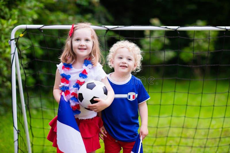Lyckliga ungar, franska fotbollsupportrar arkivfoton