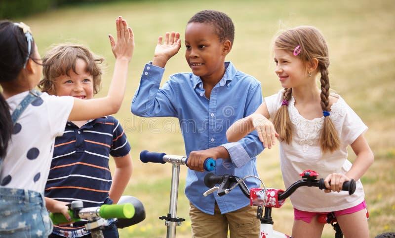 Lyckliga ungar höga fem fotografering för bildbyråer