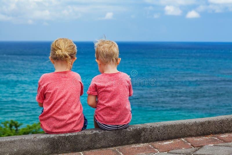 Lyckliga ungar har gyckel på stranden att gå arkivfoto