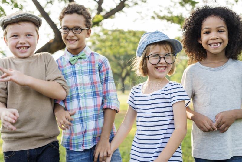 Lyckliga ungar i parkera royaltyfria foton