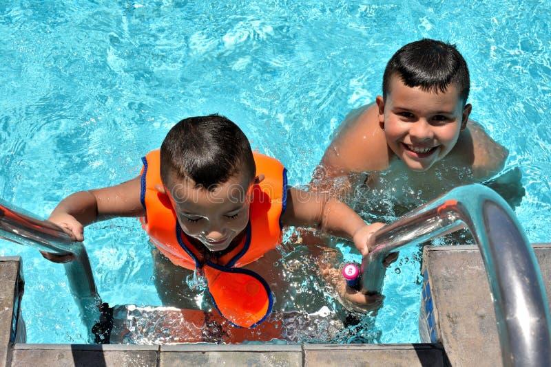 Lyckliga ungar i simbass?ngen royaltyfria foton