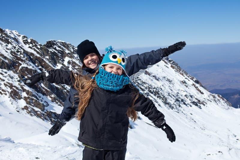 Lyckliga ungar på överkanten av berget royaltyfri fotografi