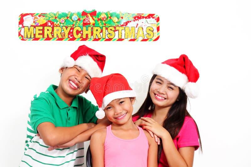 Lyckliga ungar på jul royaltyfria foton