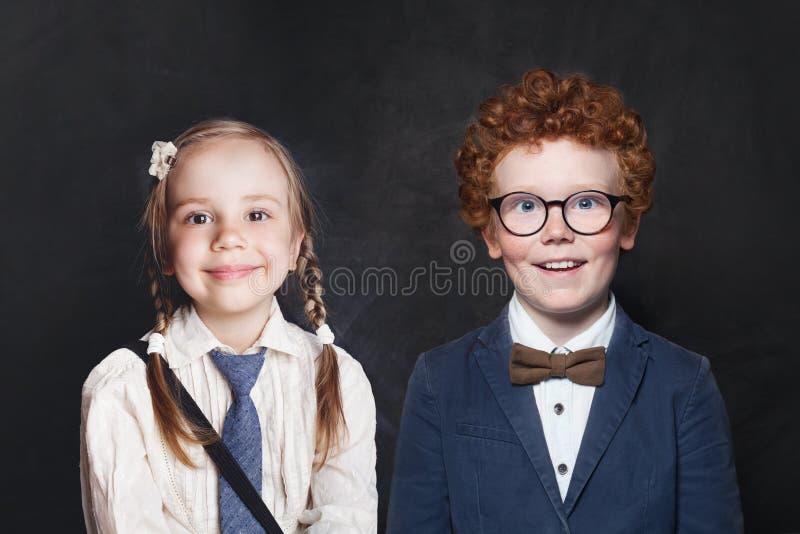 Lyckliga ungar pojke och flickastående royaltyfri foto