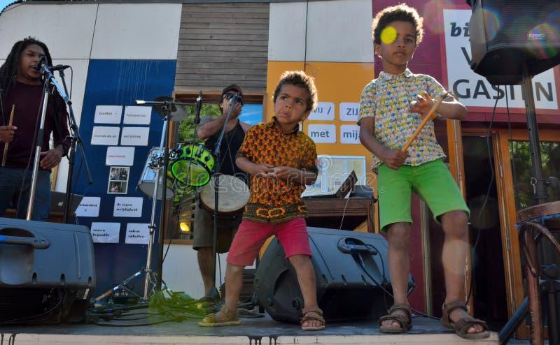 Lyckliga ungar som dansar på festivalen royaltyfria foton