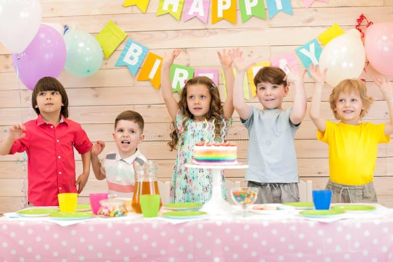 Lyckliga ungar som firar födelsedagferie royaltyfri bild