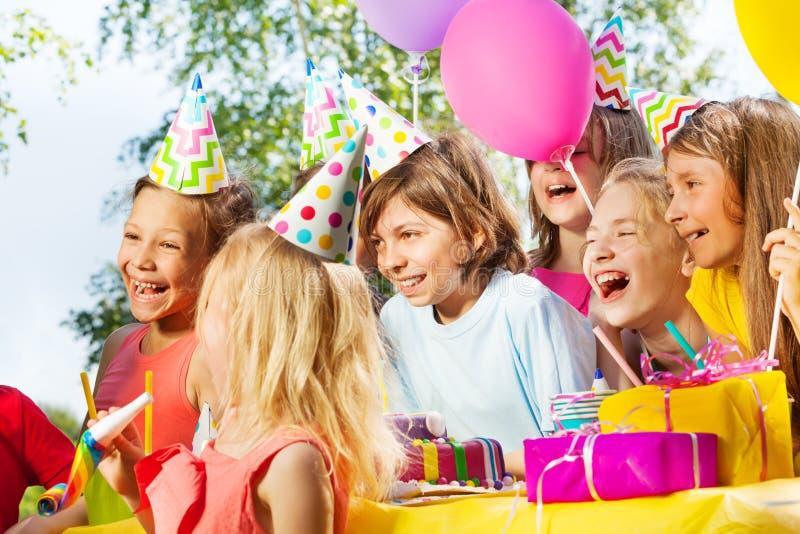 Lyckliga ungar som har gyckel på det utomhus- B-dag partiet arkivbild