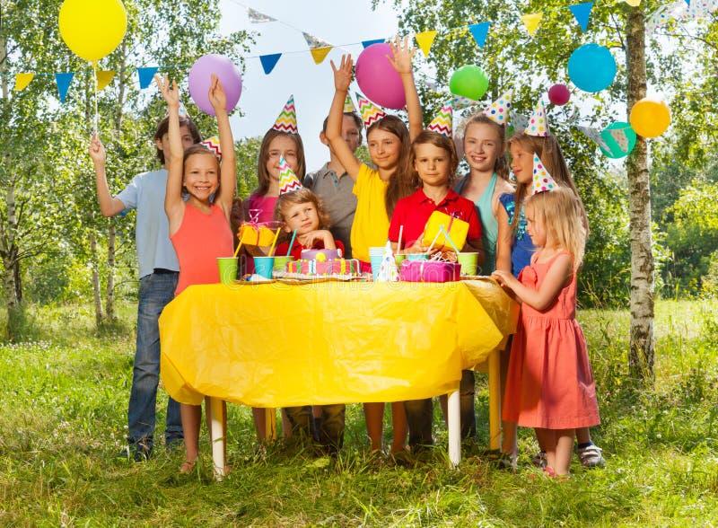 Lyckliga ungar som har gyckel på det utomhus- födelsedagpartiet arkivbild