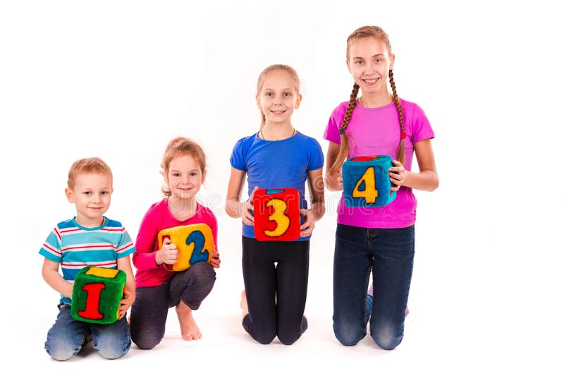 Lyckliga ungar som rymmer kvarter med nummer över vit bakgrund royaltyfri fotografi