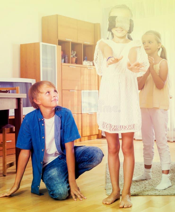 Lyckliga ungar som spelar med ögonbindeln royaltyfria foton