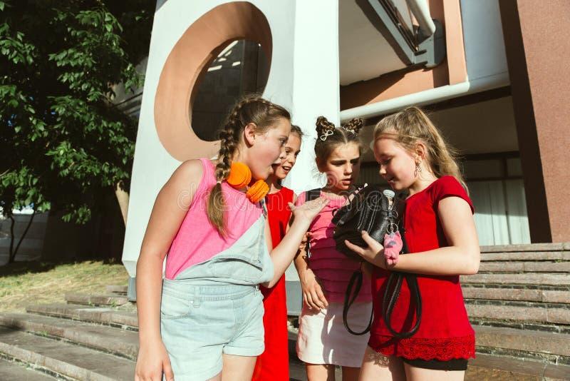 Lyckliga ungar som spelar på stads gata i soliga sommars dag arkivfoto