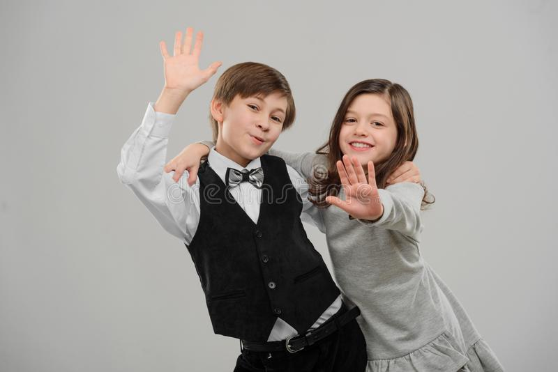 Lyckliga ungar vinkar händer arkivbilder