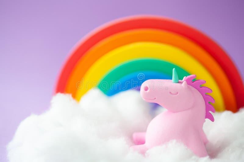 Lyckliga Unicorn Sitting p? ett moln arkivbild
