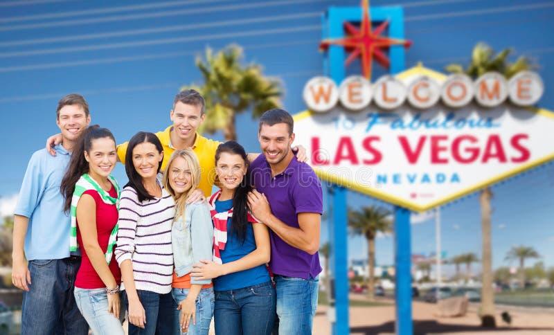 Lyckliga vänner över välkomnande till det Las Vegas tecknet royaltyfri fotografi