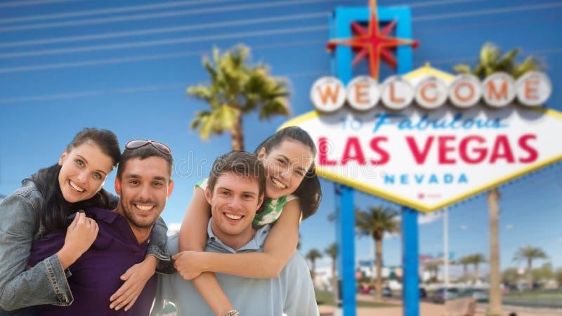 Lyckliga vänner över välkomnande till det Las Vegas tecknet arkivfoto