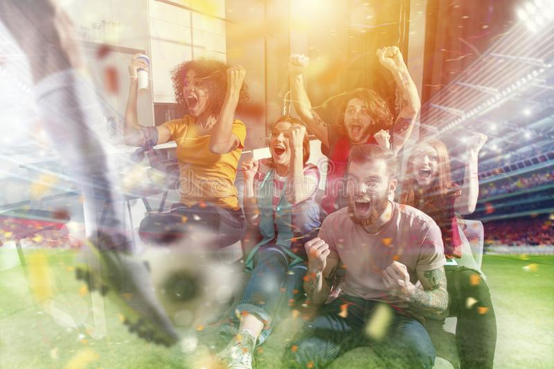 Lyckliga vänner av fotbollsfan som håller ögonen på fotboll på tv och firar seger med fallande konfettier dubbel exponering stock illustrationer