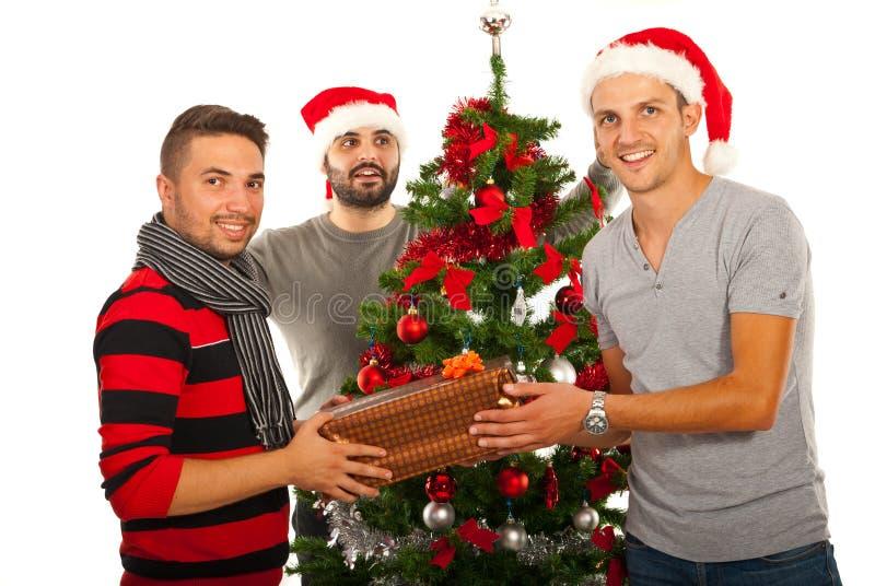 Lyckliga vänner firar jul royaltyfria bilder