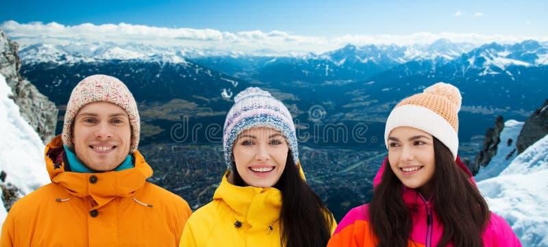 Lyckliga vänner i vinter över fjällängberg royaltyfri fotografi