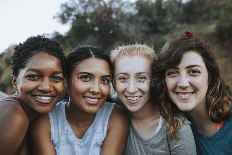 Lyckliga vänner på en vandring i kullarna royaltyfri bild