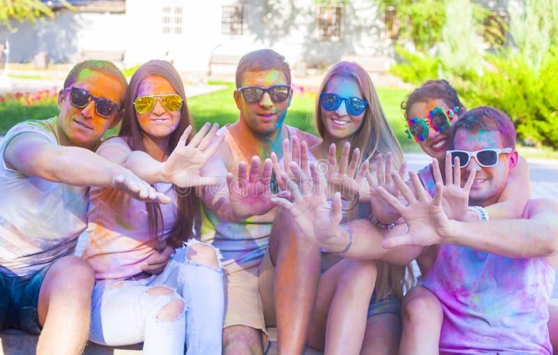 Lyckliga vänner på holifärgfestival royaltyfri fotografi