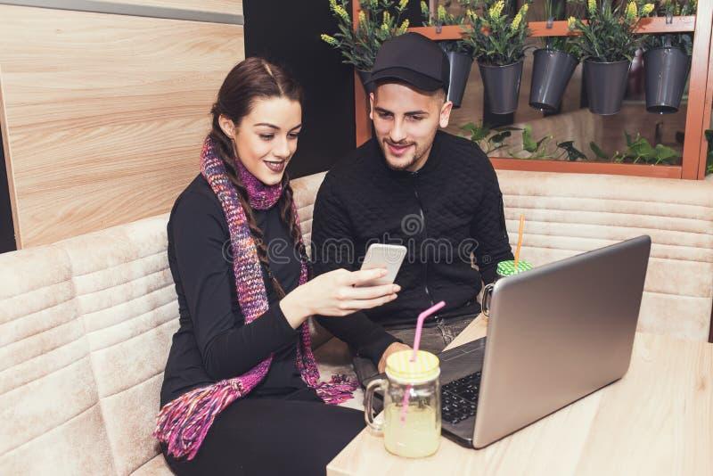 Lyckliga vänner som använder smartphonen royaltyfria bilder