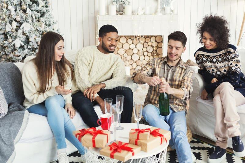 Lyckliga vänner som firar nytt år med champagne arkivfoto