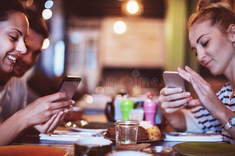 Lyckliga vänner tar en matbild för instagram arkivfoto
