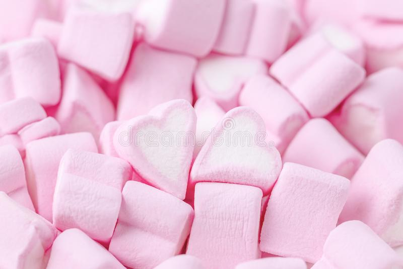 lyckliga valentiner för dag förälskelsemannen silhouettes temakvinnan Rosa söta marshmallowhjärtor Bakgrund för dag för valentin` royaltyfria bilder