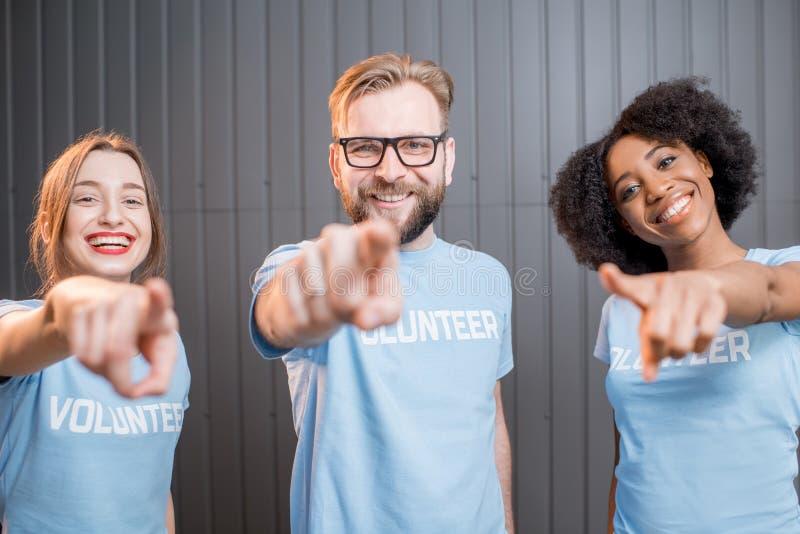 Lyckliga volontärer inomhus royaltyfria foton
