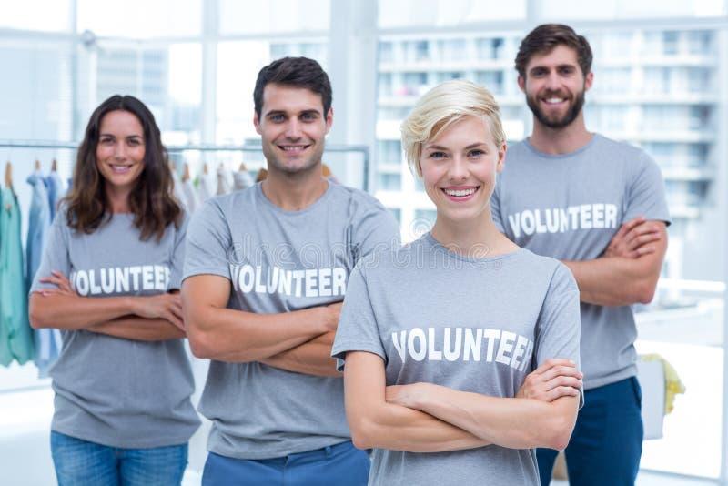 Lyckliga volontärvänner som ler till kameran arkivfoton