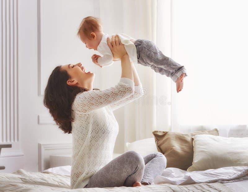 lyckligt älska för familj royaltyfria bilder