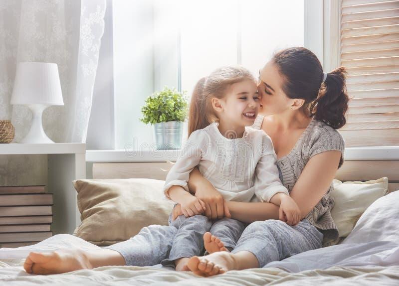 lyckligt älska för familj arkivfoton
