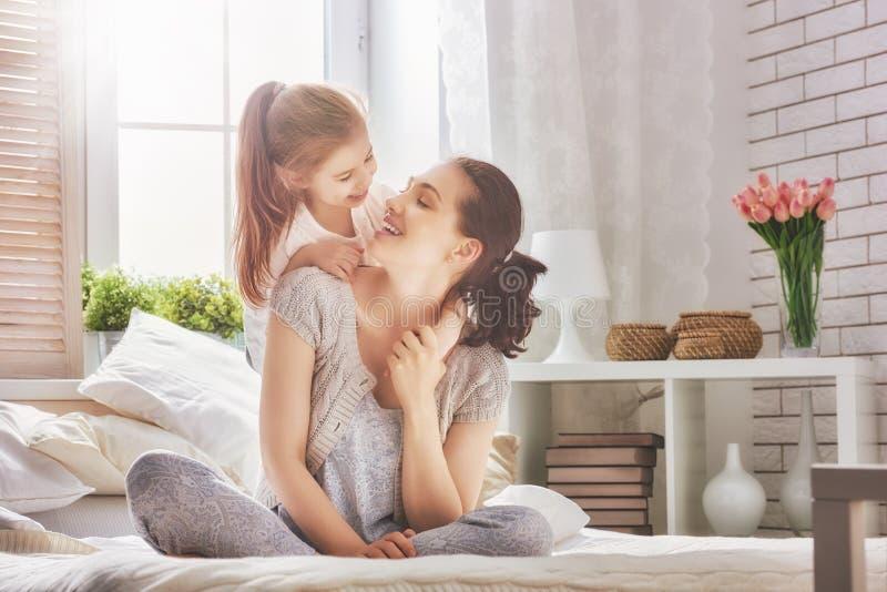 lyckligt älska för familj fotografering för bildbyråer