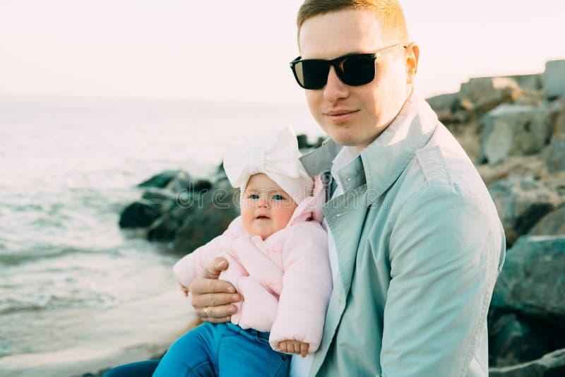 lyckligt älska för familj Avla och hans dotterbarnflicka som tillsammans spelar fotografering för bildbyråer